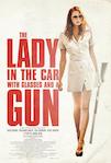 La dame dans l'auto avec des lunettes et un fusil poster
